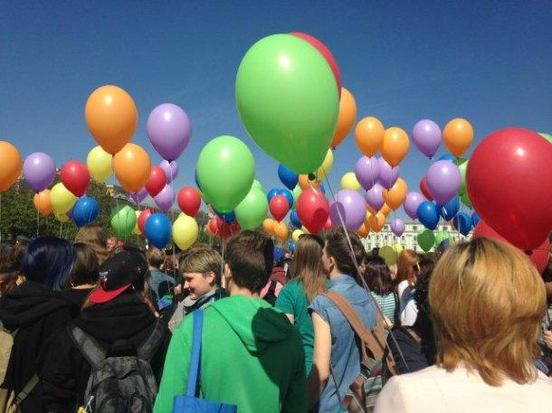 Des ballons colorés d'arc-en-ciel aux célébrations IDAHOT en Russie en 2014 (Photo du Réseau LGBT russe)