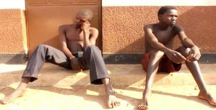 Maurice Okello et Anthony Oluku attendent leur procès en Ouganda sur des accusations d'homosexualité. (Photo de NTV)