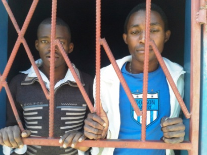 Les gens LGBTI sont soumis aux arrêts et à l'emprisonnement dans 76+ pays.