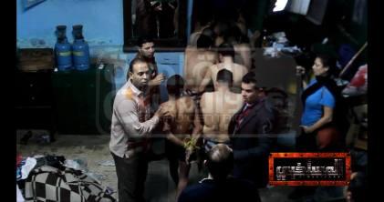 Mona Iraqi qui film, à droit, tandis que la police arrête des hommes, au Caire le 7 décembre 2014 (la photo de Facebook de Mona Iraqi)