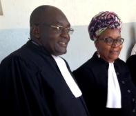 Deux avocats qui représentent les LGBTI (de gauche à droite: Michel Togué, Alice Nkom (Photo de Saskia Ditisheim)