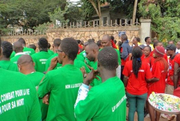 Rassemblement préparatoire pour la marche soutenant les défenseurs des droits humains au Cameroun le 15 juillet 2015. (Photo de CAMFAIDS)
