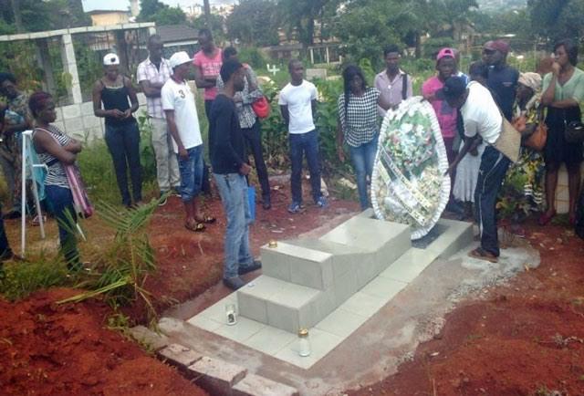 75 personnes ont visité la tombe du militant/journaliste Éric Lembembe le 14 juillet 2015. (Photo de CAMFAIDS)