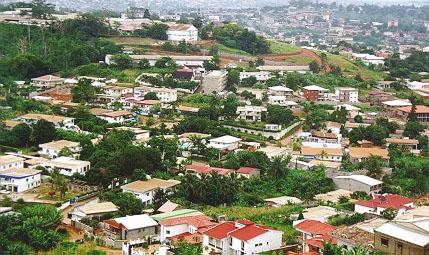 Vue aérienne d'un quartier résidentiel dans le quartier Mimboman de Yaoundé au Cameroun. (Photo d'Afrique Presse)