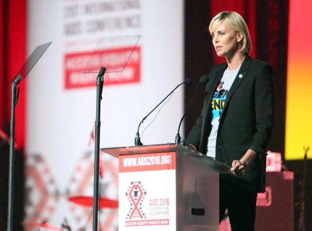 Charlize Theron à la Conérence mondiale sur le sida (Photo par Eonline)