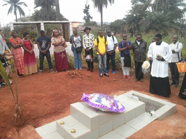 La visite à la tombe d'Éric Ohena Lembembe. (Photo de Facebook)