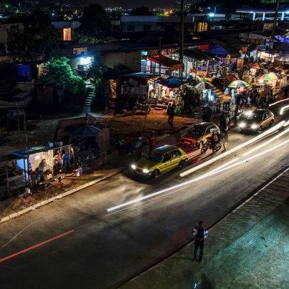 Photo publié avec un article par Camer.be au sujet du quartier Essos à Yaoundé dans la nuit.