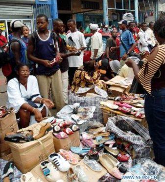 Des vendeurs de chaussures au Cameroun. (Photo de BurkinaPMEpmi.com)