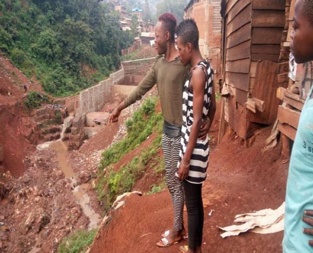 Après que trois policiers militaires menaçaient sept jeunes LGBTI, les jeunes ont sauté ce ravin donnant sur la rivière Kawa à Bukavu. (Photo d'ALCIS)