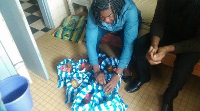 Repartition des dons pour déténus par un membre de CAMFAIDS. (Photo de CAMFAIDS)