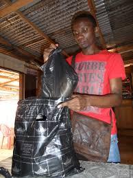 Avant une visite aux prisonniers LGBT au prison central de Yaoundé, le militant Jean Jacques Dissoke prépare des paquets alimentaires.