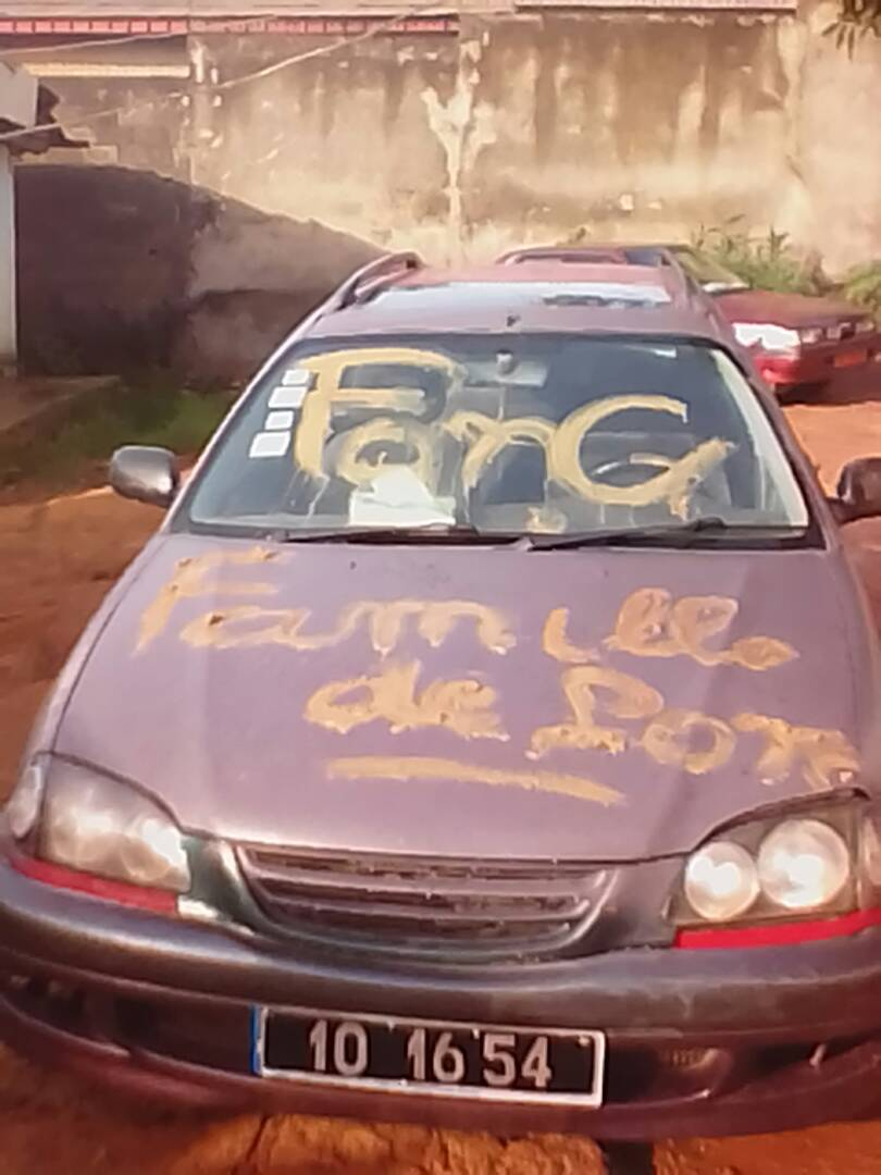 Graffiti homophobe laissé sur la voiture.