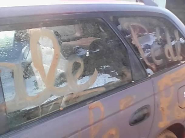 Des autres graffiti homophobes écrits sur sa voiture: «Sale pédé»