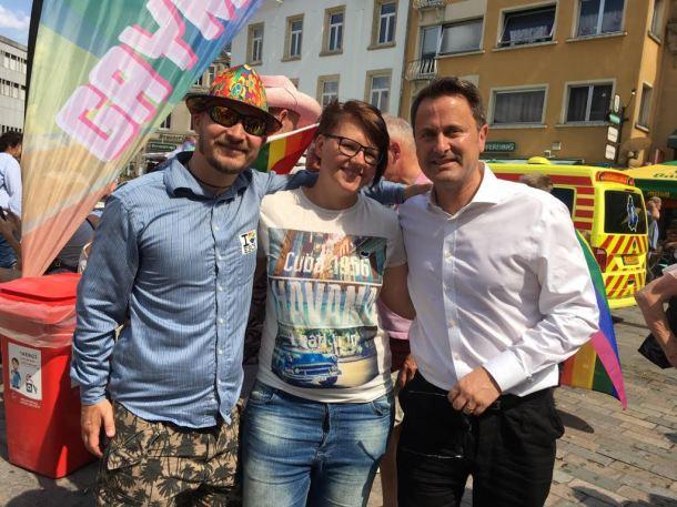 Dans cette photo prise à la célébration LGBT Pride luxembourgeoise cet été, Kenneth Fyrsterling est à gauche, avec une amie estonienne et M. Xavier Bettel, le premier ministre du Luxembourg (à droite).