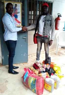 Humanity First Cameroun, groupe de défense des droits des LGBT, reçoit des vivres qu'il distribuera à des prisonniers gays dans le cadre du projet Not Alone / Pas Seul.