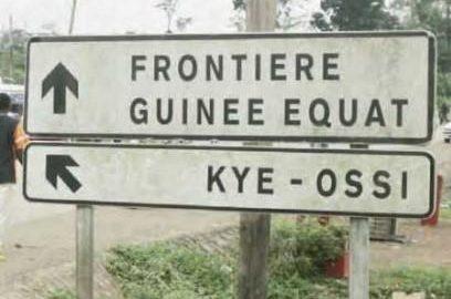 Un panneau routier indique le chemin vers Kyé-Ossi près de la frontière avec la Guinée équatoriale.