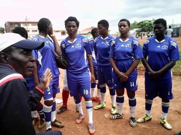 Stenie (à droite) et des autre membres de l'equipe du club Intersport.