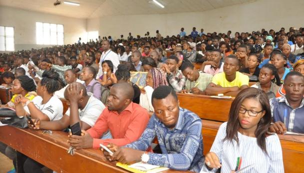 Des étudiants dans un amphithéâtre à l'L'Université de Yaoundé II. (Photo de Wikipedia)