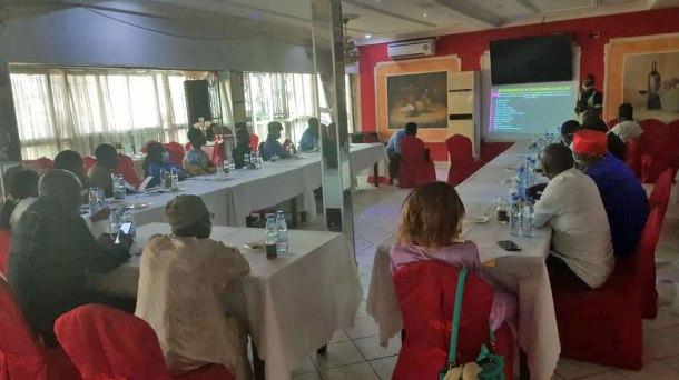 Pour empêcher la propagation du nouveau coronavirus, de nombreuses personnes à la réunion RAIL KPv portaient des masques.