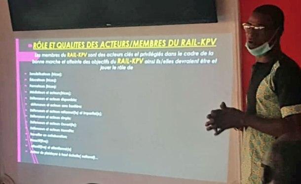 Michel Engama, le président de Camfaids, discute du rôle des participants de RAIL KPV dans l'aide aux personnes LGBTI victimes d'homophobie.