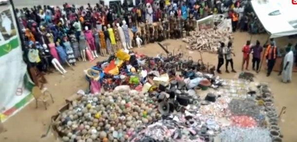 La police religieuse de Touba, au Sénégal, expose des objets illégaux qu'elle a saisis lors d'une répression contre des objets et des activités illégales dans la ville sainte. Les objets exposés comprennent une pile de ballons de football (en bas à gauche) et une gamme de robes sur mannequins (en haut à gauche). Ils ont également arrêté 10 homosexuels présumés. (Image d'une vidéo de Seneweb TV sur YouTube)